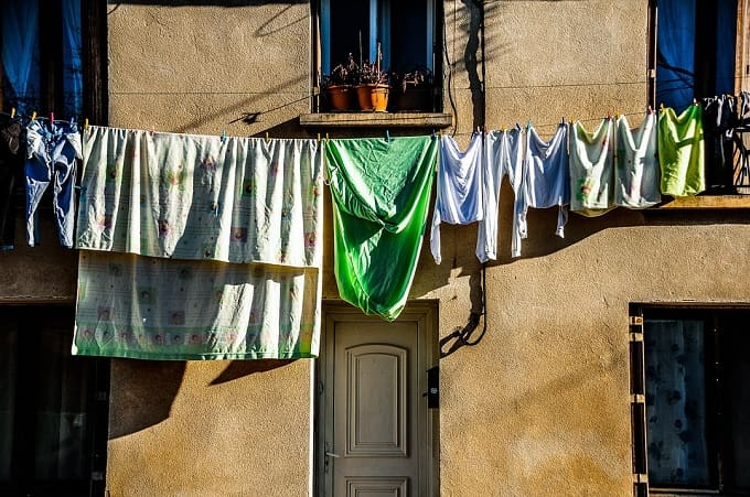 laundry-hanging-front-door-feng-shui-min (Demo)